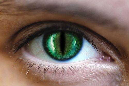 Lentilles de couleur pour Halloween : le risque d'abcès de cornée