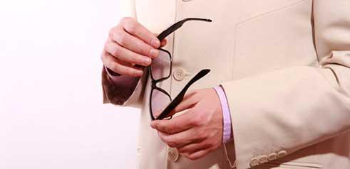 La chirurgie de la presbytie (opération laser par presby-LASIK ou implant multifocal) permet vivre sans lunettes pour la vision de loin et la vision de près.